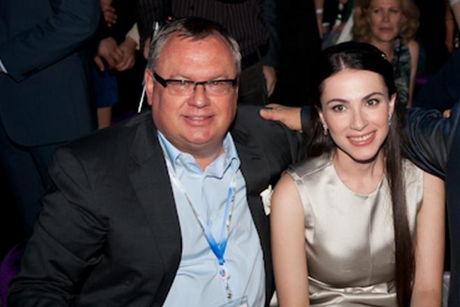 Банкир Андрей Костин заблокировал 5000 статей о проститутке и пропагандистке Наиле Аскер-Заде